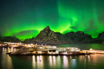 Aurora borealis over a village on the Lofoten in Norway von Sara Winter