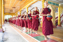 Monks in a monastery going for lunch in Myanmar von nilaya