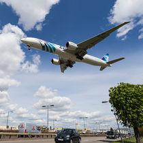 EgyptAir boeing 777  Landing at Heathrow von David Pyatt