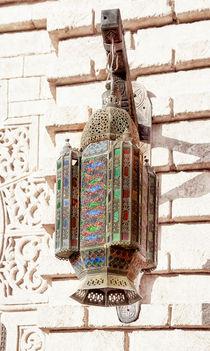 Eine orientalische Lampe mit kunstvollen Ornamenten by Gina Koch