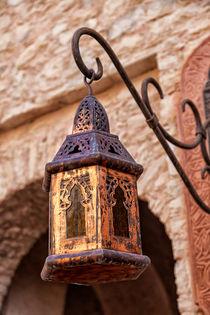Eine orientalische Lampe mit kunstvollen Ornamenten von Gina Koch
