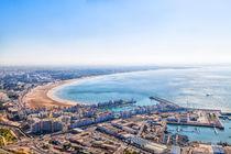 Blick vom Berg mit der alten Kasbah auf die Meeresbucht von Agadir von Gina Koch