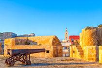 Historische Kanonen stehen in der portugiesischen Festungsstadt El Jadida in Marokko von Gina Koch