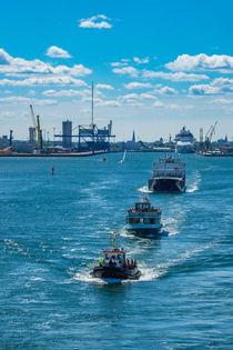 Schiffe beim Auslaufen aus dem Hafen von Rostock by Rico Ködder