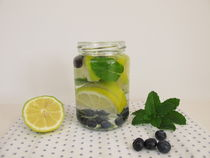 Aroma-Wasser mit Zitrone, Blaubeeren und Minze von Heike Rau