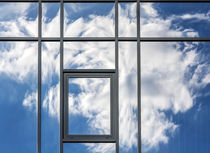 Hausfassadewolkenspiegelung