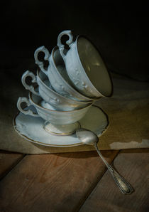 Still life with porcelaine set of cups and silver spoon von Jarek Blaminsky