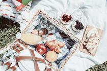 Picnic Basket With Fruits, Orange Juice, Croissants, Quesadilla And No Bake Blueberry And Strawberry Jam Cheesecake von Radu Bercan