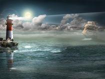 Segelboot und Leuchtturm unter Beleuchtung  von Monika Juengling