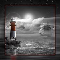 Leuchtturm und Segelschiff unter Beleuchtung von Monika Juengling