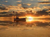 Das Fischerboot im Sonnenuntergang von Monika Juengling