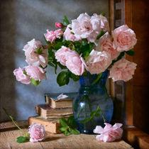 Garten-Rosen im blauen Vase by Nikolay Panov