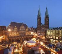 Altes Rathaus mit Dom St. Petri und Weihnachtsmarkt am Marktplatz bei Abenddämmerung, Bremen by Torsten Krüger