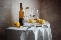 Gelbe Äpfel und eine Flasche Wein von Nikolay Panov