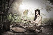Mädchen bei der Reisverarbeitung by Wolfgang Pfensig