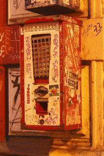 Alter Kaugummiautomat mit Graffiti bei Abenddämmerung, Ostertorviertel, Viertel, Bremen by Torsten Krüger