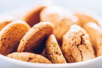 Italian Amaretti Biscuits In White Bowl von Radu Bercan