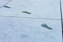 Fußabdrücke auf Zement von mnfotografie