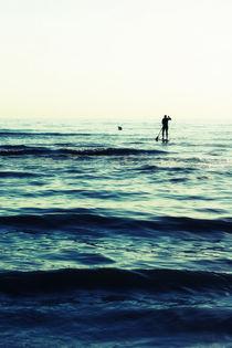 Surfer in deep blue sea von AD DESIGN Photo + PhotoArt