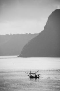 thai fisherboat in front of steep island von anando arnold