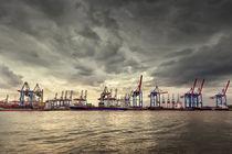 Hamburger Hafen unter grauem Himmel by Britta Hilpert