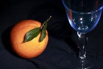 Apfelsine und Cherimoya mit blauem Weinglas by Dieter  Meyer