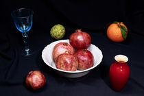 Apfelsine, Granatapfel und Cherimoya mit blauem Weinglas und roter Vase by Dieter  Meyer