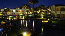Hotelanlage mit See bei Nacht mit Lichterspieglung von raphaela4you