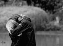 hugging von Raul Lieberwirth