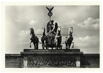 Berlin, Brandenburger Tor, Quadriga / Fotopostkarte von AKG  Images
