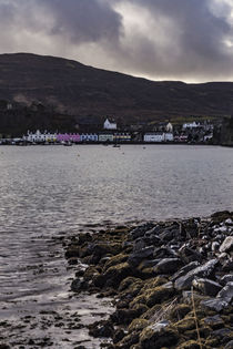 Row of coloured houses on the quay of Portree Harbour, from Scorrybreac von Bruce Parker