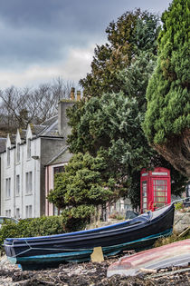 Boats and telephone box on the quay at Portree Harbour from the beach von Bruce Parker