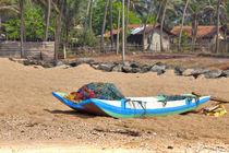 Ein Katamaran liegt am Strand des Indischen Ozeans auf der tropischen Insel Sri Lanka von Gina Koch