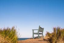 Eine Sitzbank an der Küste der Ostsee by Rico Ködder