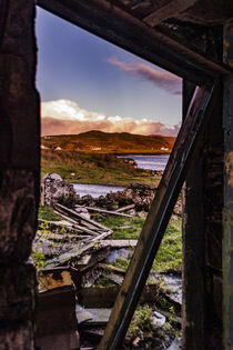 View through collapsed doorway of abandoned farmhouse ruins by Struan Jetty von Bruce Parker