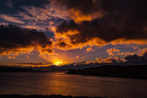 Sunset with crepuscular light across Loch Beag, Isle of Skye von Bruce Parker