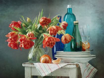 Orange Tulpen und blaue Flaschen von Nikolay Panov
