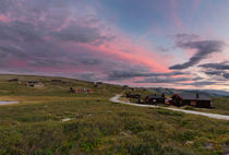 Huts in landscape of Norway during sunset von Bastian Linder