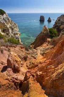 Coast with cliffs in Lagos at Algarve in Portugal von Bastian Linder