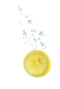 Lemon in water with air bubbles von Bastian Linder