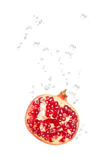 Pomegranate in water with air bubbles von Bastian Linder