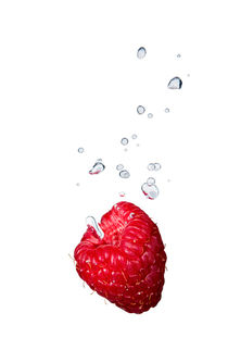Raspberry in water with air bubbles by Bastian Linder