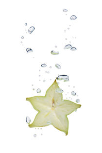 Carambola in water with air bubbles by Bastian Linder