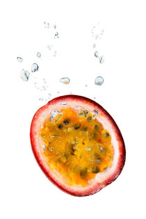 Passion fruit in water with air bubbles von Bastian Linder