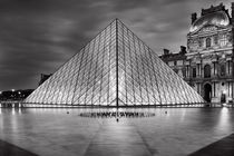 Pyramids at Louvre in black-white von Bastian Linder