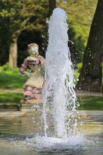 Die Skulptur hinter dem Brunnen by Bernhard Kaiser