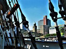 Blick von Gorch Fock auf Pegelturm der Landungsbrücken von assy