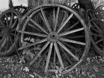 rustikale Holz-Wagenräder in schwarz/weiß by assy