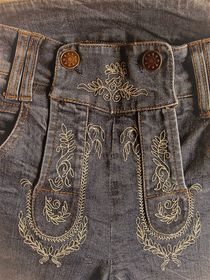 Oktoberfest-Jeans in Lederhosen-Style von assy