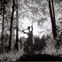 Silhouette of a girl in the forest von Kiryl Kaveryn